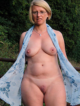 naked blonde lady joshing