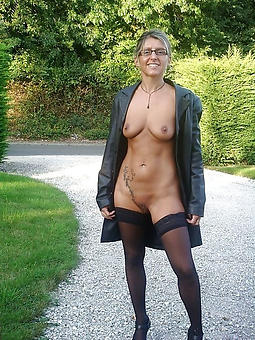 nude pictures of white grown up moms